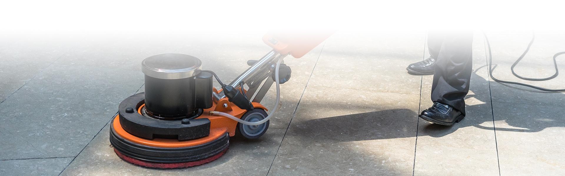 Mann reinigt den Boden mit Maschine